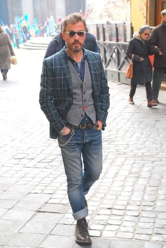 Comment porter: blazer écossais bleu marine et vert, gilet en laine gris, chemise en jean bleue, t-shirt à col rond gris