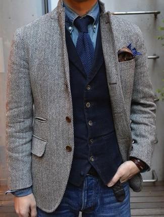 Comment porter: blazer en laine à chevrons gris, gilet en velours côtelé bleu marine, chemise en jean bleue, jean bleu