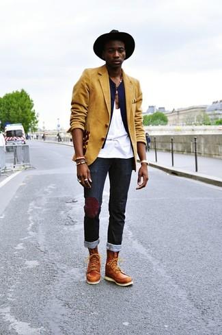 Comment porter: blazer moutarde, gilet bleu marine, débardeur blanc, jean noir