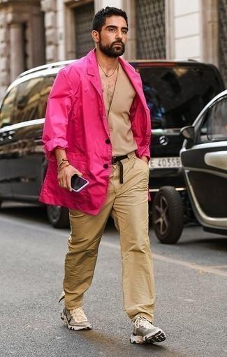 Comment porter des chaussures de sport beiges: Marie un blazer fuchsia avec un pantalon chino marron clair pour prendre un verre après le travail. Jouez la carte décontractée pour les chaussures et termine ce look avec une paire de des chaussures de sport beiges.