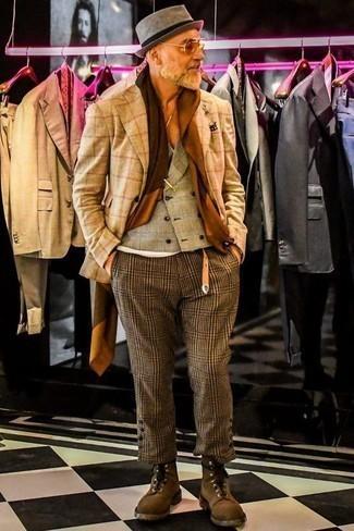 Comment porter un gilet écossais marron clair: Essaie de marier un gilet écossais marron clair avec un pantalon chino à carreaux marron pour achever un look habillé mais pas trop. Jouez la carte décontractée pour les chaussures et opte pour une paire de des bottes de loisirs en daim marron.