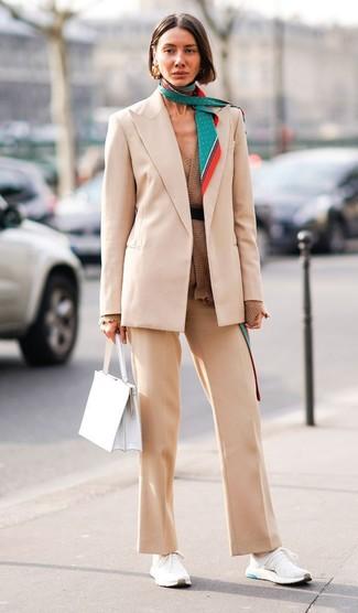 Comment porter: blazer beige, gilet marron, pantalon de costume beige, chaussures de sport blanches