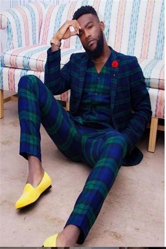 Comment porter une broche rouge: Harmonise un blazer écossais bleu marine et vert avec une broche rouge pour un look idéal le week-end. Jouez la carte classique pour les chaussures et opte pour une paire de des slippers en cuir jaunes.
