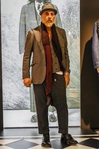 Comment porter un chapeau en laine marron: Pour une tenue aussi confortable que ton canapé, marie un blazer écossais marron avec un chapeau en laine marron. Jouez la carte classique pour les chaussures et termine ce look avec une paire de des chaussures derby en cuir pourpre foncé.