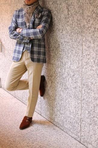 Comment porter une pochette de costume imprimée marron: Pense à porter un blazer écossais blanc et bleu marine et une pochette de costume imprimée marron pour une tenue idéale le week-end. Habille ta tenue avec une paire de des double monks en daim bordeaux.