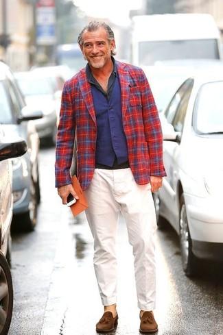 Comment porter: blazer écossais rouge et bleu marine, gilet bleu marine, polo gris foncé, pantalon chino blanc
