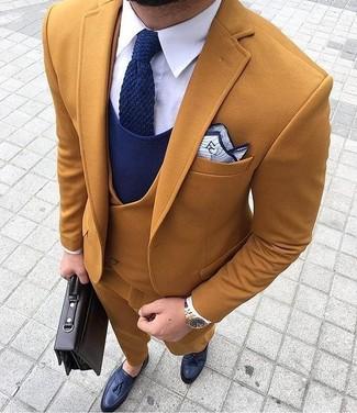 Essaie d'associer un pull à col en v bleu marine Gant avec un pantalon de costume tabac pour une silhouette classique et raffinée. Cette tenue se complète parfaitement avec une paire de des mocassins à pampilles en cuir bleus marine.