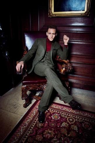 6103fa8875c9d Tenue de Tom Hiddleston  Blazer en laine olive, Gilet en laine olive, Pull  à col roulé bordeaux, Pantalon de costume en laine olive   Mode hommes