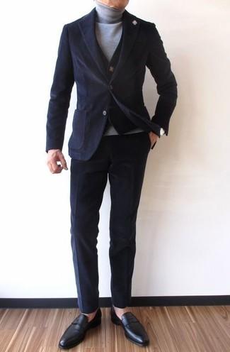 Comment porter: blazer en velours côtelé noir, gilet en tricot noir, pull à col roulé gris, pantalon chino en velours côtelé noir