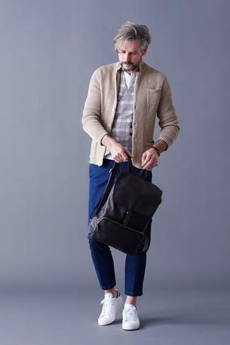 Comment porter: blazer en tricot beige, gilet en laine à carreaux gris, t-shirt à col boutonné blanc, jean bleu