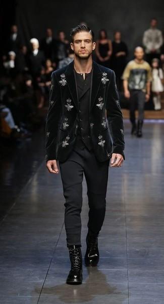 Comment porter: blazer en velours brodé noir, gilet noir, t-shirt à col boutonné noir, pantalon de jogging noir