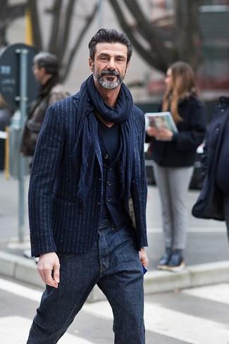 Comment porter: blazer à rayures verticales bleu marine, gilet en laine bleu marine, t-shirt à col en v bleu marine, jean bleu marine