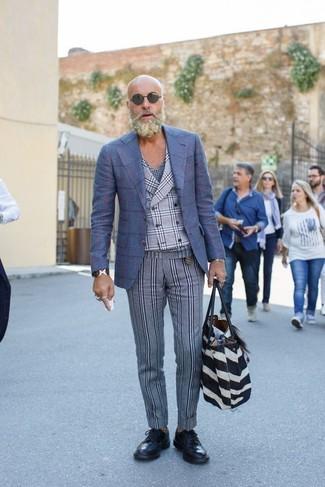 Comment porter un gilet écossais gris: Pense à marier un gilet écossais gris avec un pantalon de costume en laine à rayures verticales gris pour une silhouette classique et raffinée. Si tu veux éviter un look trop formel, opte pour une paire de des chaussures brogues en cuir noires.