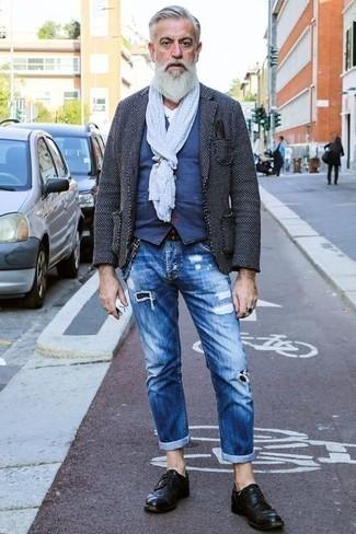 Tendances mode hommes: Pour une tenue de tous les jours pleine de caractère et de personnalité marie un blazer gris foncé avec un jean déchiré bleu. D'une humeur créatrice? Assortis ta tenue avec une paire de des chaussures derby en cuir noires.
