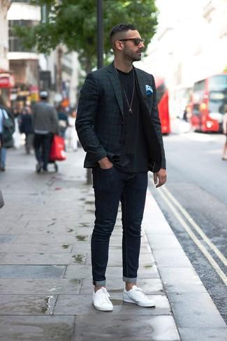 Comment porter: blazer écossais bleu marine et vert, gilet noir, t-shirt à col rond noir, jean skinny bleu marine