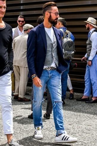 Comment porter un blazer bleu marine: Pour une tenue de tous les jours pleine de caractère et de personnalité opte pour un blazer bleu marine avec un jean déchiré bleu. Une paire de des baskets basses en cuir blanches et noires est une option avisé pour complèter cette tenue.