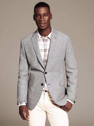 Comment porter: blazer gris, chemise à manches longues à carreaux blanche, jean beige