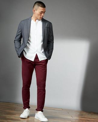 Comment porter: blazer gris, chemise à manches longues blanche, pantalon chino bordeaux, baskets basses en cuir blanches