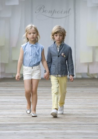 Comment porter: blazer gris, chemise à manches longues écossaise blanche, pantalon jaune, baskets blanches