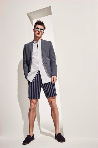 Comment porter: blazer gris, chemise à manches longues à rayures verticales blanche, short à rayures verticales bleu marine, mocassins à pampilles en daim noirs