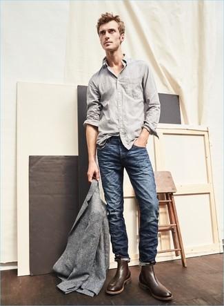 Comment porter des bottines chelsea en cuir marron foncé: Associe un blazer en laine gris avec un jean bleu marine pour créer un look chic et décontracté. Opte pour une paire de des bottines chelsea en cuir marron foncé pour afficher ton expertise vestimentaire.