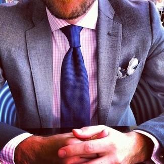 Comment porter: blazer gris, chemise de ville en vichy blanc et rouge, cravate bleu marine, pochette de costume en coton blanc et bleu marine