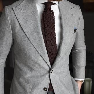 Tenue: Blazer gris, Chemise de ville blanche, Cravate en tricot marron foncé, Pochette de costume vert foncé