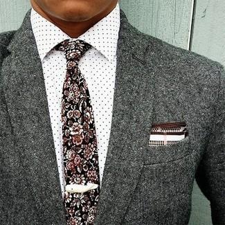 Comment porter: blazer en laine gris, chemise de ville á pois blanche, cravate à fleurs noire, pochette de costume blanc et marron