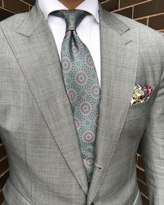 Comment porter: blazer gris, chemise de ville blanche, cravate en soie imprimée vert menthe, pochette de costume imprimée beige