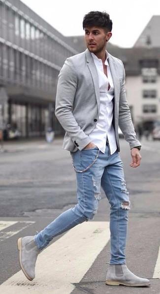 Comment porter: blazer en laine gris, chemise de ville blanche, jean déchiré bleu clair, bottines chelsea en daim grises