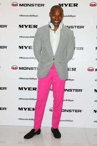 Comment porter: blazer gris, chemise de ville blanche, pantalon chino fuchsia, slippers en daim noirs