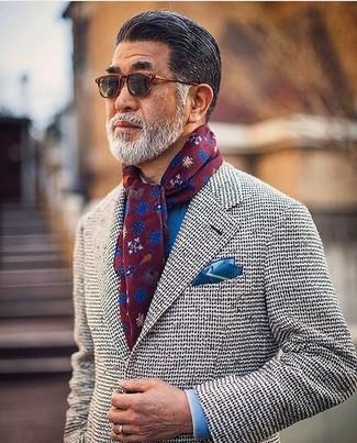 Comment porter: blazer en tricot gris, chemise de ville bleue, pochette de costume en soie bleue, écharpe à fleurs bordeaux