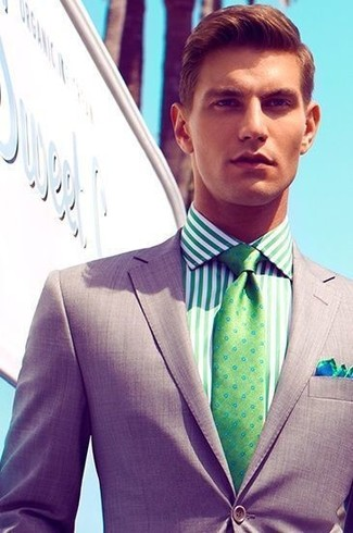 Comment porter une chemise de ville à rayures verticales verte: Pense à associer une chemise de ville à rayures verticales verte avec un blazer gris pour achever un look habillé mais pas trop.