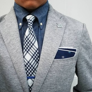 Comment porter: blazer en laine gris, chemise en jean bleue, cravate écossaise bleu marine et blanc, pochette de costume imprimée bleu marine et blanc