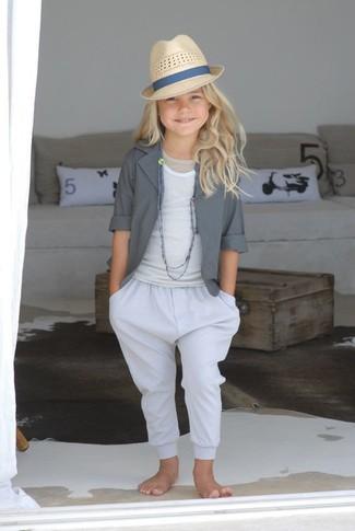 Comment porter: blazer gris, débardeur blanc, pantalon blanc, chapeau beige