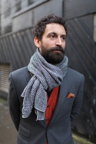 Comment porter: blazer gris foncé, cardigan rouge, pochette de costume imprimée orange, écharpe à motif zigzag grise