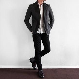Comment porter un blazer gris foncé: Essaie de marier un blazer gris foncé avec un pantalon chino noir pour aller au bureau. Une paire de des bottes de loisirs en cuir pourpre foncé est une option astucieux pour complèter cette tenue.