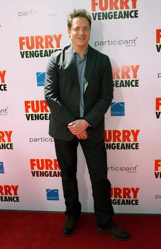 Comment porter: blazer gris foncé, chemise à manches longues en chambray bleue, jean noir, chaussures derby en cuir marron foncé