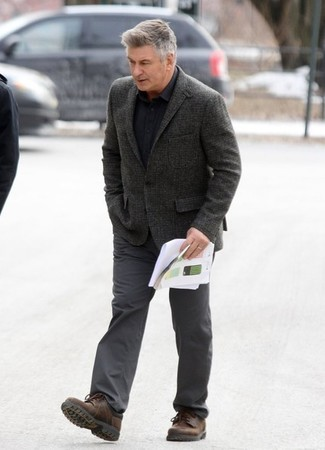 Comment porter: blazer en laine gris foncé, chemise à manches longues noire, pantalon chino gris foncé, chaussures derby en cuir marron