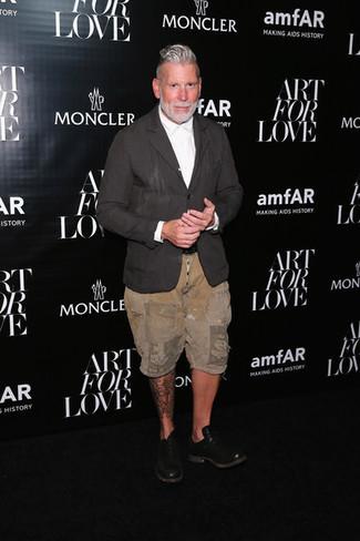 Comment porter: blazer en lin gris foncé, chemise de ville blanche, short marron clair, chaussures richelieu en cuir noires