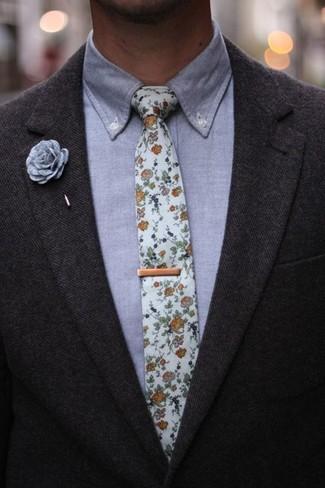 Comment porter: blazer en laine gris foncé, chemise de ville en chambray grise, cravate à fleurs blanche, broche grise