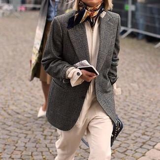 Comment porter: blazer en laine à carreaux gris foncé, combinaison pantalon beige, sac bandoulière en cuir noir, écharpe en soie imprimée noire