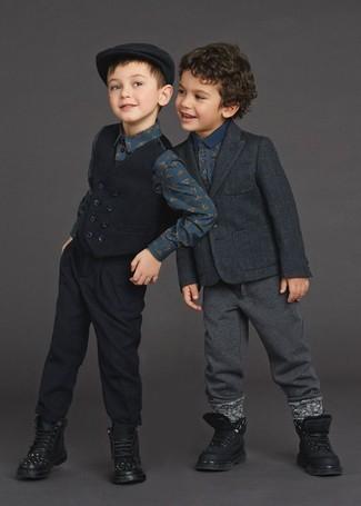 Comment porter: blazer gris foncé, polo imprimé bleu marine, pantalon de jogging gris foncé, bottes noires