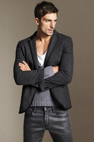 Comment porter: blazer en laine gris foncé, pull à col rond gris, t-shirt à col rond blanc, jean en cuir noir
