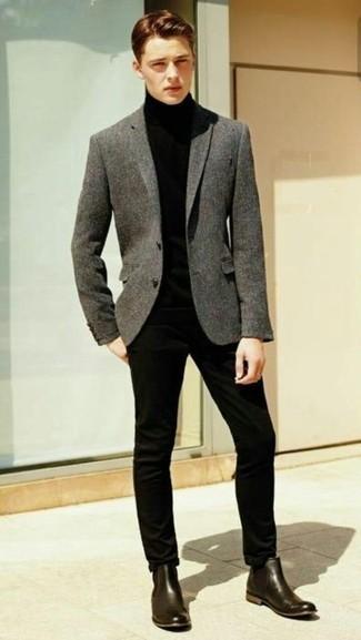 Comment porter un blazer en laine gris foncé: Opte pour un blazer en laine gris foncé avec un pantalon chino noir pour un look idéal au travail. Jouez la carte classique pour les chaussures et assortis cette tenue avec une paire de des bottines chelsea en cuir marron foncé.