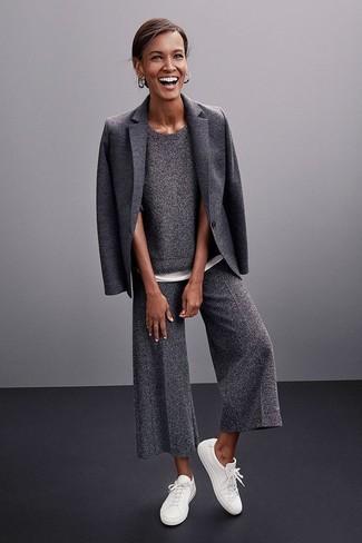 Ce combo d'un blazer en laine gris foncé femmes Dolce & Gabbana et d'une jupe-culotte en laine grise foncée attirera l'attention pour toutes les bonnes raisons. Une paire de des baskets basses blanches apporte une touche de décontraction à l'ensemble.