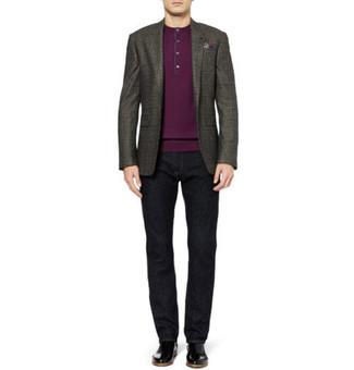 Comment porter: blazer gris foncé, t-shirt à col boutonné pourpre, jean noir, bottines chelsea en cuir noires
