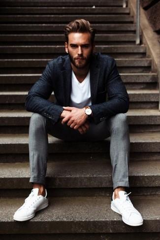 Comment porter: blazer en laine gris foncé, t-shirt à col en v blanc, pantalon de costume gris, baskets basses blanches