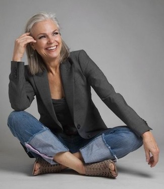 Comment porter: blazer gris foncé, t-shirt à col en v gris foncé, jean bleu, bottines en cuir découpées grises