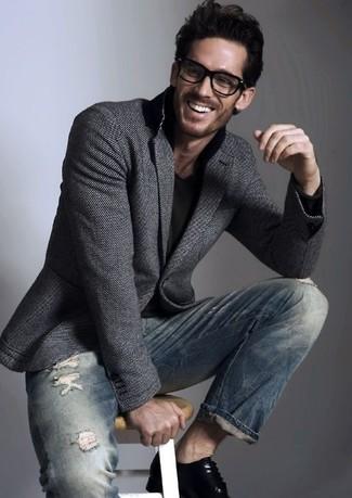 Comment porter: blazer en laine gris foncé, t-shirt à col en v noir, jean skinny déchiré bleu marine, chaussures derby en cuir noires